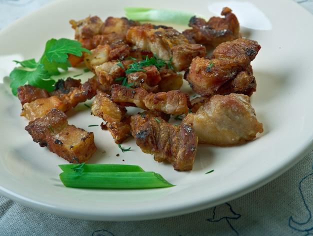 Skórka wieprzowa ze świni. skórka wieprzowa jest częstym składnikiem wędlin, co poprawia ich konsystencję.