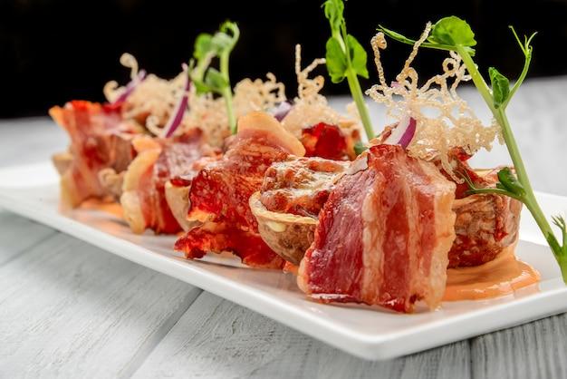 Skórka ziemniaczana z boczkiem i serem, sos pomidorowy