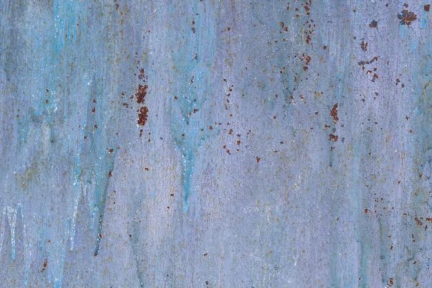 Skorodowane metalowe tło. zardzewiała, pomalowana metalowa korozja ścian z smugami rdzy