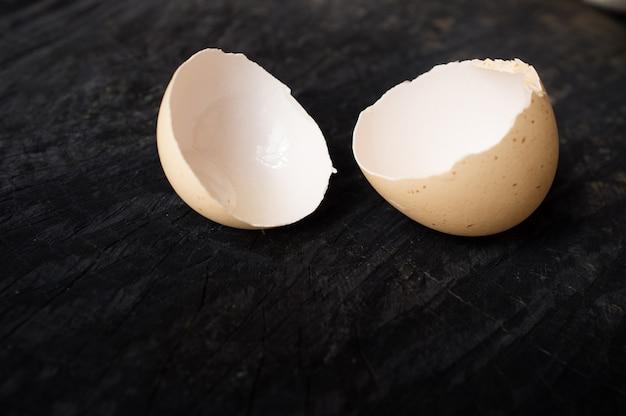 Skorupki jajka na ciemnym drewnianym stole