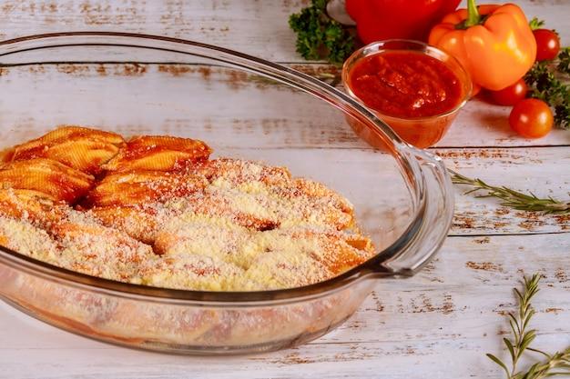 Skorupy makaronowe jumbo nadziewane serem ricotta, mięsem i sosem na patelni piekarnika