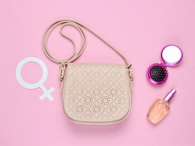 Skórzana modna torba, butelka perfum, grzebień z lustrem, symbol feminizmu płci