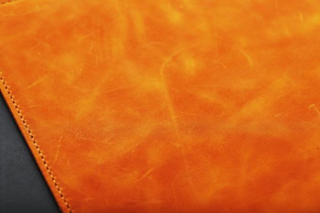 Skórzana okładka albumu wykonana jest z ręcznie robionej brązowej prawdziwej skóry. elementy z bliska produktu ze skóry.