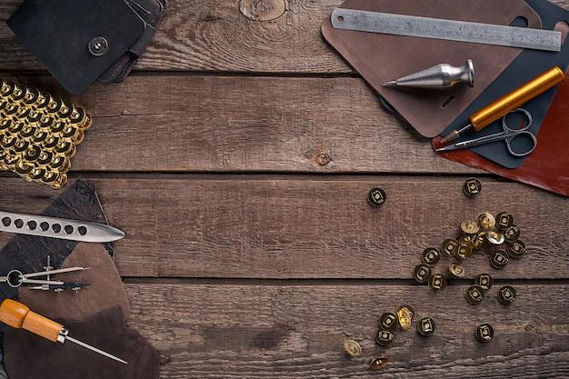 Skórzana torebka miejsce pracy rzemieślnika w warsztacie widok z góry