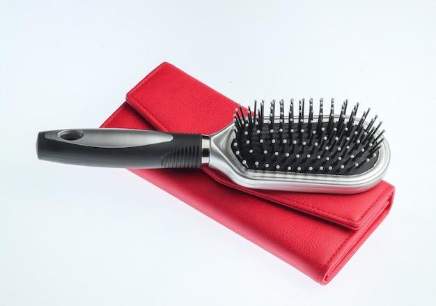 Skórzana torebka, szczotka do włosów na białym tle. akcesoria damskie