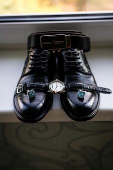 Skórzane buty męskie z paskiem i muszką