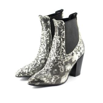 Skórzane buty na wysokim obcasie wzorzyste węża na białym tle