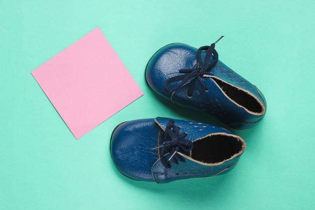 Skórzane buty z różową karteczką