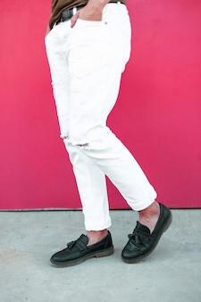 Skórzane czarne buty i białe spodnie