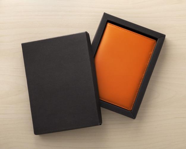 Skórzane etui na paszport w czarnym ozdobnym pudełku