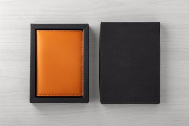 Skórzane etui na paszport w czarnym pudełku