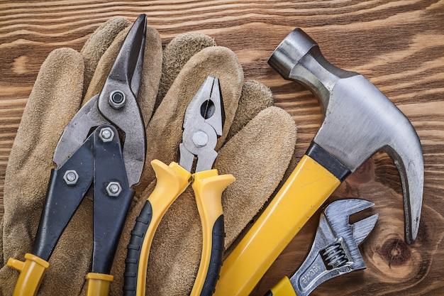 Skórzane rękawice ochronne szczypce młotkowe szczypce nożyce do blachy klucz nastawny na drewnianej desce