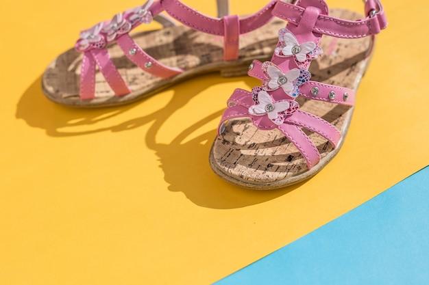 Skórzane sandały. buty, letnia moda dla dzieci. kapcie dziecięce, moda plażowa dla dziecka,