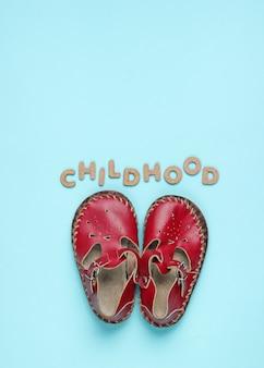 Skórzane sandały ze słowem dzieciństwo