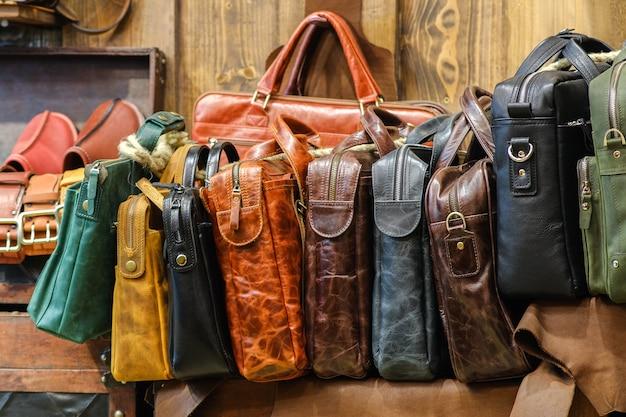 Skórzane torby w stylu biznesowym w różnych kolorach. asortyment jest na ladzie sklepowej. koncepcja ręcznie.