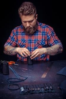 Skórzany człowiek produkuje nowy produkt ze skóry