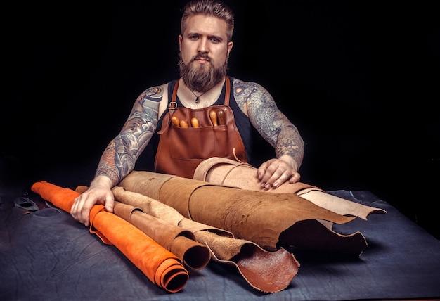 Skórzany człowiek wytwarzający wysokiej jakości produkty w warsztacie.