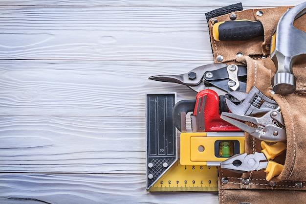 Skórzany pas narzędziowy z narzędziami budowlanymi