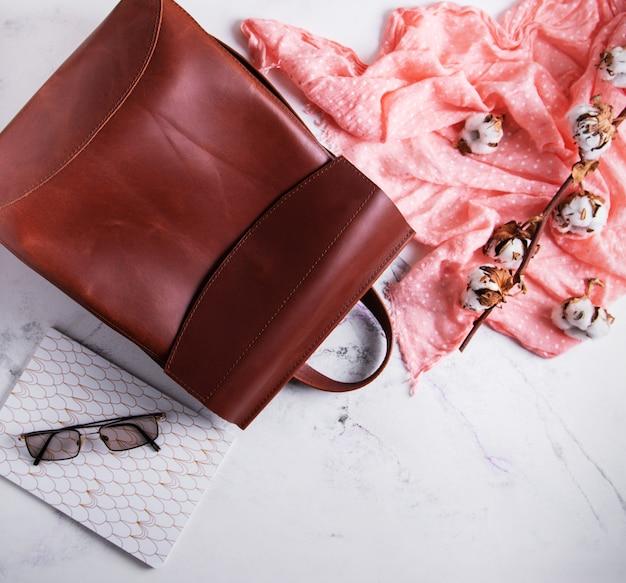 Skórzany plecak kobiety na tle marmuru