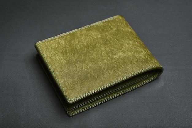 Skórzany portfel na czarnym tle