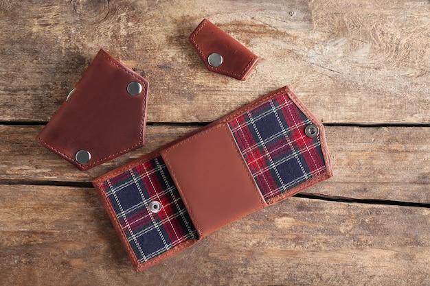 Skórzany portfel na drewnianym stole