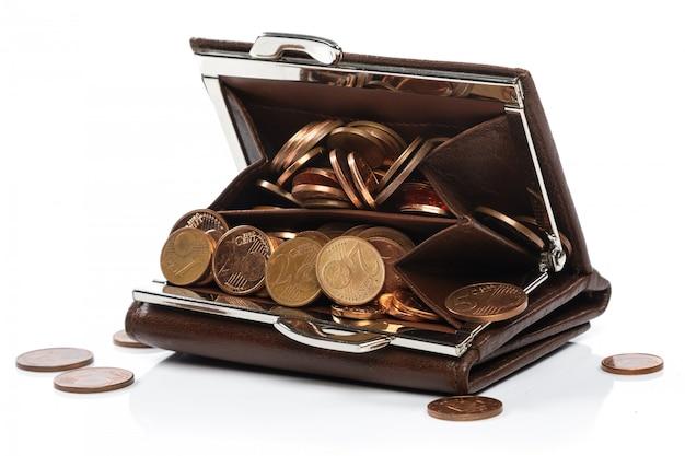 Skórzany portfel z dużą ilością monet euro centów