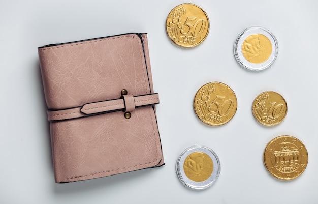 Skórzany portfel z monetami na białym