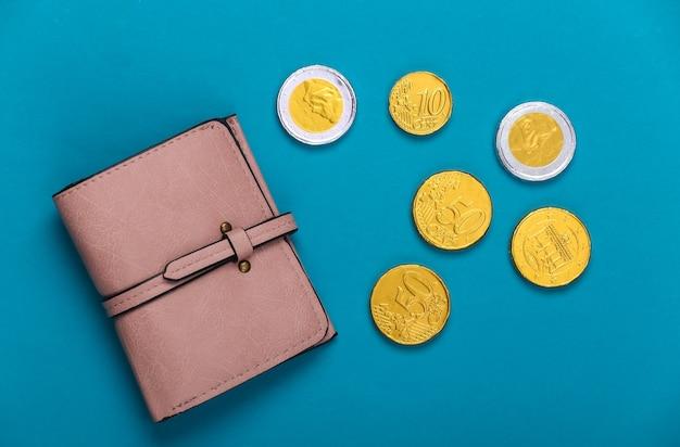 Skórzany portfel z monetami na niebiesko