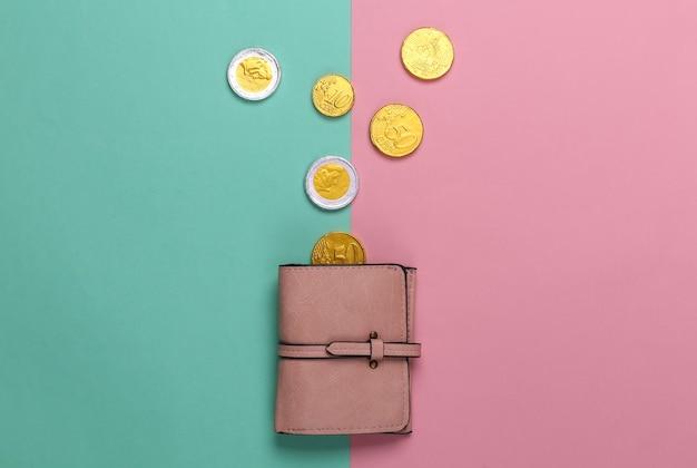 Skórzany portfel z monetami na różowym niebieskim