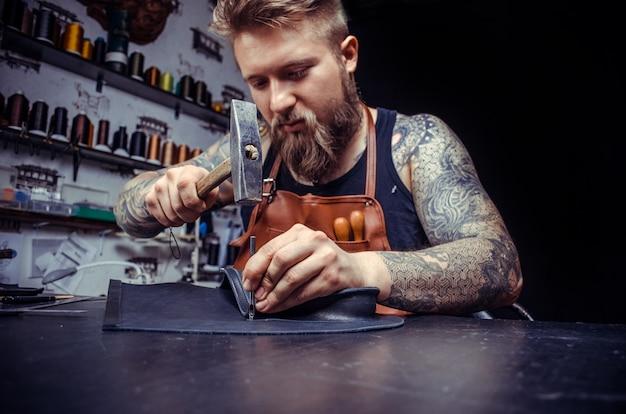 Skórzany rzemieślnik wytwarza dobry produkt na półce