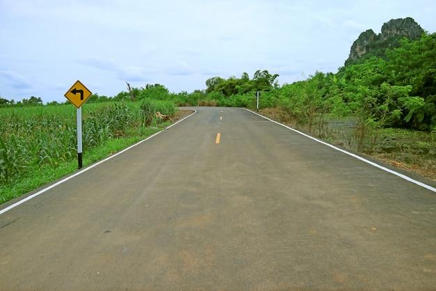 Skręć w lewo naprzód znak drogowy na drodze kraju tajlandii