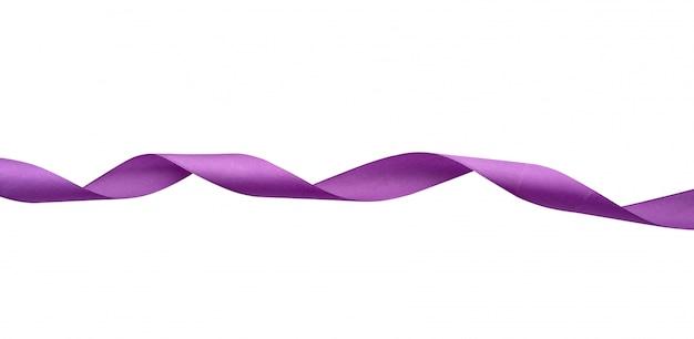 Skręcona jedwabna purpurowa wstążka na białym tle, element dekoracyjny dla projektanta