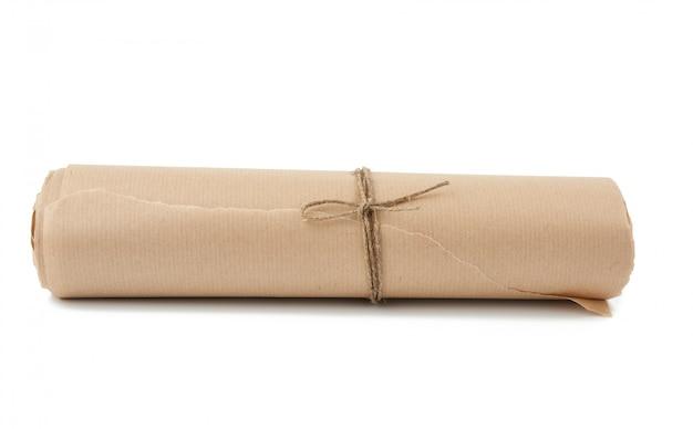Skręcona rolka brązowego papieru przewiązana liną