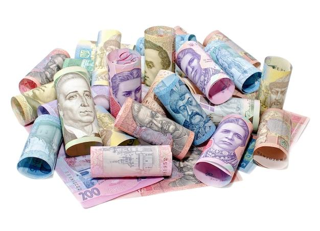 Skręcone hrywny ukraińskie na białym tle