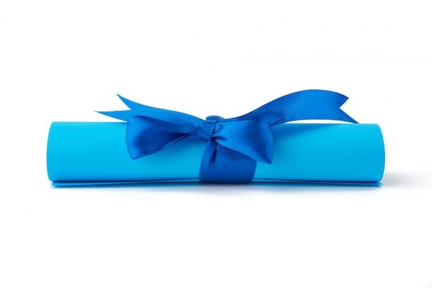 Skręcony kawałek niebieskiego papieru przewiązany jedwabną niebieską wstążką