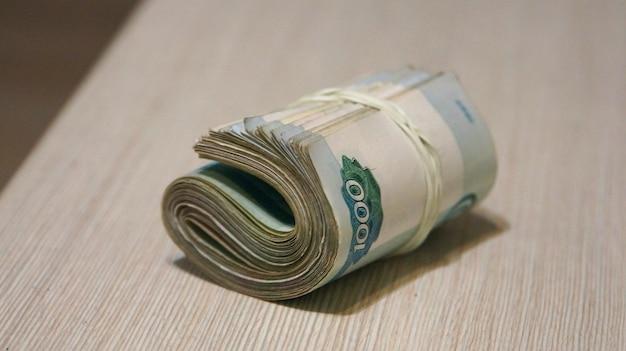 Skręcony plik pieniędzy, opakowanie banknotów