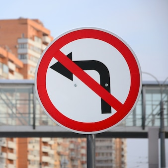Skręt w lewo jest zabroniony. znak drogowy z przekreśloną strzałką w lewo