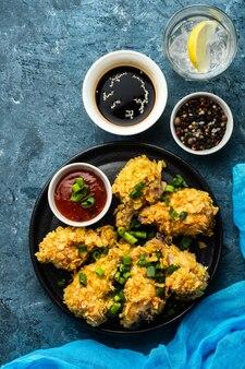 Skrzydełka z kurczaka w panierce. głęboko smażone skrzydełko z kurczaka. amerykańskie jedzenie. widok z góry