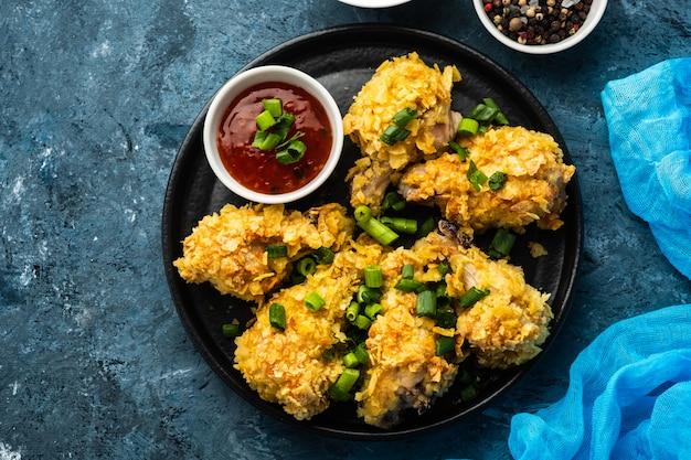 Skrzydełka z kurczaka w panierce. głęboko smażone skrzydełko z kurczaka. amerykańskie jedzenie