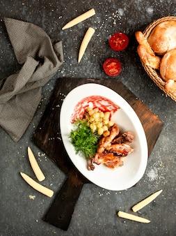 Skrzydełka z kurczaka w sosie barbecue z winogronami
