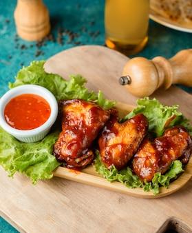 Skrzydełka z kurczaka w sosie keczupowym podane ze słodkim sosem chili