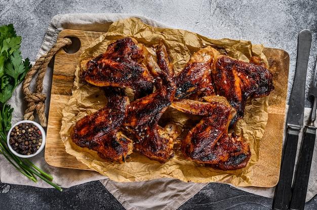 Skrzydełka z kurczaka z grilla. ekologiczne mięso hodowlane. widok z góry. szare tło