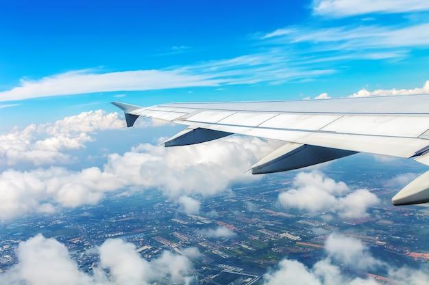 Skrzydła samolotu lecącego na niebie.