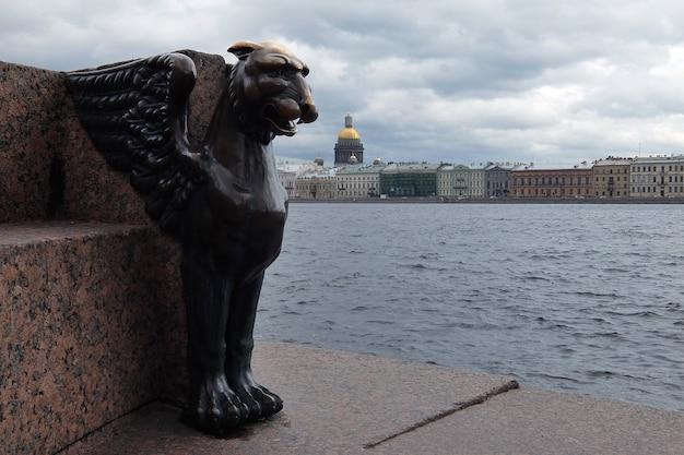 Skrzydlaty lew w pochmurny wiosenny dzień na nabrzeżu uniwersytetu sankt petersburg rosja
