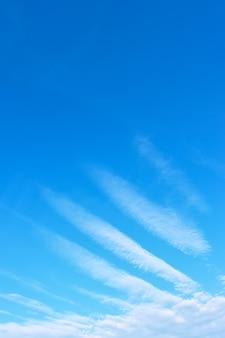 Skrzydło anioła - błękitne niebo z fenomenalnymi białymi chmurami. tło z miejscem na własny tekst