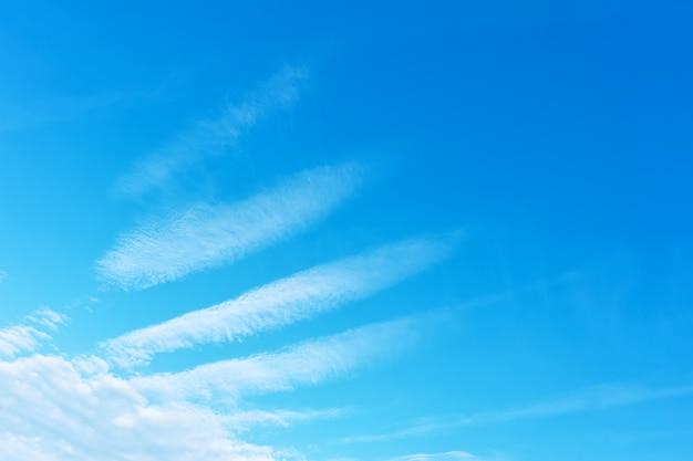 Skrzydło anioła - błękitne niebo z fenomenalnymi białymi chmurami. tło z miejscem na własny trxt