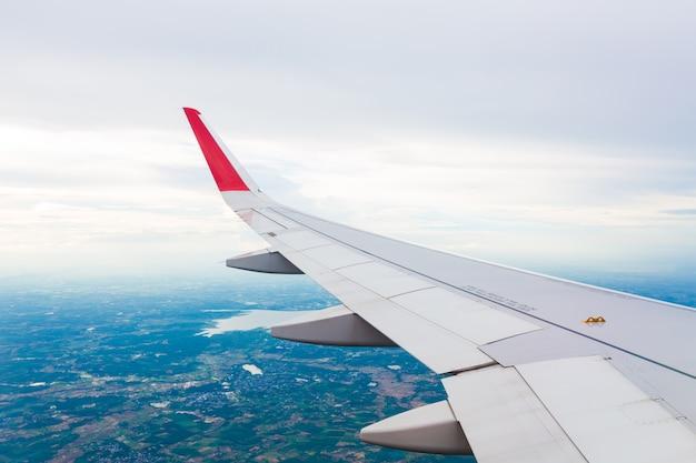 Skrzydło samolotu latające nad chmurami