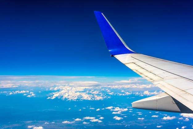 Skrzydło samolotu pływające pod chmurami