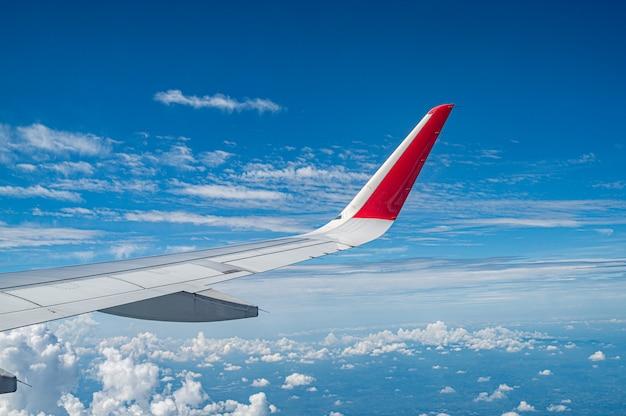 Skrzydło samolotu z błękitne niebo i małe chmury