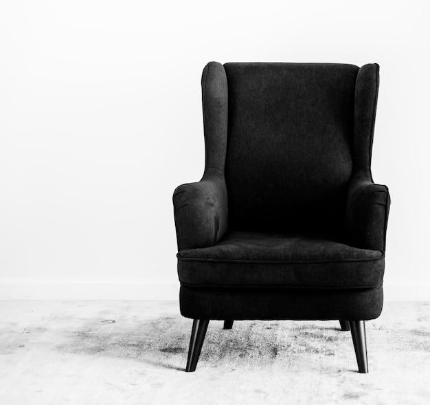 Skrzydłowe oparcie krzesła na dywanie, bez ludzi